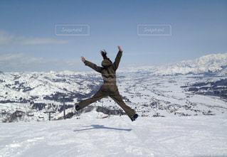 雪山で大ジャンプ!!の写真・画像素材[2985208]
