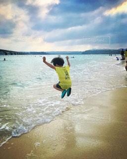 波打ち際でジャンプ!!!の写真・画像素材[2991493]