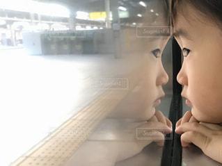 窓に写るぼくの写真・画像素材[2995907]