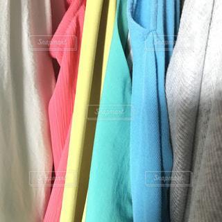 春,ピンク,緑,カラフル,ノースリーブ,黄色,水色,日常,鮮やか,布,洋服,服,グレー,生活,お気に入り,ライフスタイル,繊維,収納,ラック,クローゼット,夏服,衣替え,整理整頓,春色,春服,身に着ける