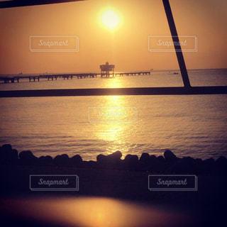 朝焼けの海釣り公園の写真・画像素材[1687032]