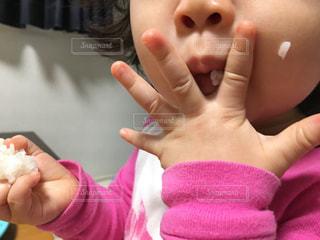 子ども,手,子供,女の子,おにぎり,小さい,こども,もぐもぐ,食欲,ほっぺ,ほっぺた,ほおばる,おむすび,オニギリ,1歳,食欲の秋,ごはん粒,ごはんつぶ