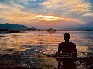夕日と海と男の写真・画像素材[1700720]