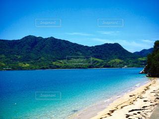 水域の真ん中にある島の写真・画像素材[2333498]