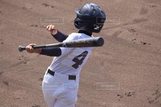 ボールにバットを振る野球少年の写真・画像素材[1554547]