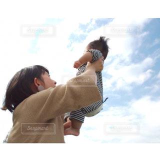アウトドア,太陽,青空,光,元気,赤ちゃん,秋空,ポジティブ,子育て,高い高い