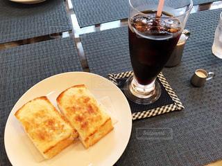 食べ物やビール、テーブルの上のガラスのプレートの写真・画像素材[1641802]