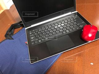 テーブルの上に座っている開いているラップトップ コンピューターの写真・画像素材[1653114]