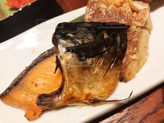 皿の上の食べ物のかけらの写真・画像素材[1661623]