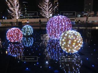 夜ライトアップされたクリスマス ツリーの写真・画像素材[1680744]