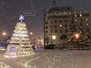 夜のライトアップされた街の写真・画像素材[1680754]