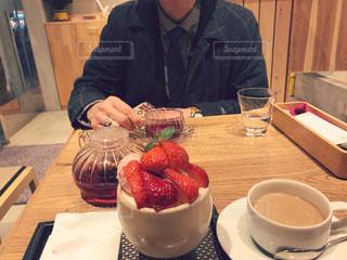 食品のプレートをテーブルに着席した人の写真・画像素材[1690364]