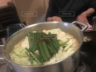 ストーブの上の料理のボウルの写真・画像素材[1704178]