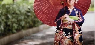 ピンクの傘を持っている人の写真・画像素材[1736998]