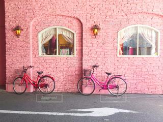 れんが造りの建物の前に自転車止めてください。の写真・画像素材[1817971]