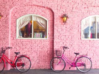 れんが造りの建物の前に駐車した自転車の写真・画像素材[2121567]