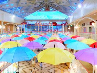 カラフルな傘の写真・画像素材[2121980]