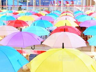 カラフルな傘を見ている大勢の人々の写真・画像素材[2122319]