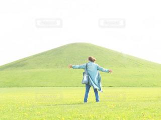 女性,草原,後ろ姿,北海道,山,女,女子,人,旅行,旅,札幌,モエレ沼