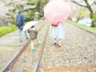ピンクの傘を持っている人の写真・画像素材[2168814]