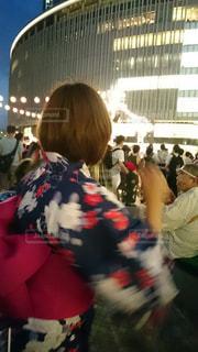 群衆の前に立っている人々のグループの写真・画像素材[2171937]