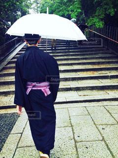 男性,雨,傘,京都,後ろ姿,男,人物,着物,人,和服,和装