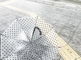 雨,傘,道路,水玉,点字ブロック,梅雨,街中,逆さ,ビニール傘,逆さま