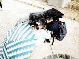 2人,雨,傘,かわいい,子供,女の子,仲良し,人物,人,こども,あめ,男の子,兄弟,友達,なかよし,仲良く,かさ,2つ
