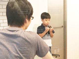 カメラを装って鏡の前に立っている人の写真・画像素材[2186877]