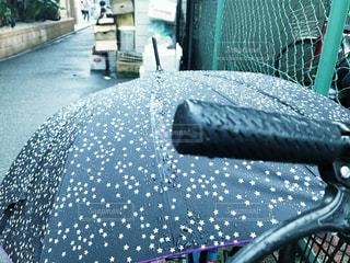 青い傘のベッドの写真・画像素材[2217998]