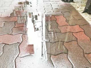レンガの壁の前に傘がある石造りの建物の写真・画像素材[2226330]