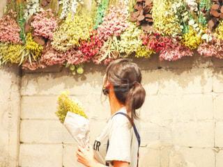 建物の前に立っている女性の写真・画像素材[2263990]