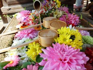 テーブルの上にピンクの花の束の写真・画像素材[2264099]