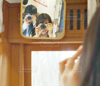 女性,カメラ,自撮り,カメラ女子,屋内,帽子,女,鏡,人物,人,二人,グループ,女子会,ミラー,友達,一眼レフ,かがみ