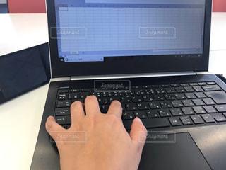 テーブルの上に座っている開いているラップトップコンピュータの写真・画像素材[2322049]