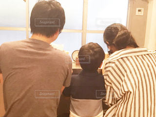 部屋に立っている数人の人の写真・画像素材[2364272]