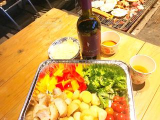 テーブルの上の食べ物のボウルの写真・画像素材[2376771]