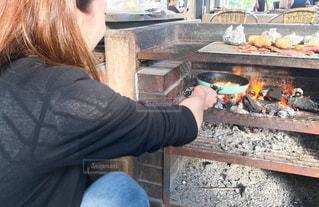 人がグリルで料理をするの写真・画像素材[2376774]