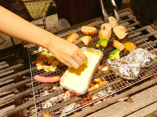 グリルの上の食べ物の写真・画像素材[2376779]