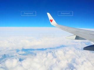 曇り空を飛ぶ戦闘機の写真・画像素材[2413690]