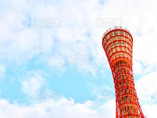 空の背景を持つ大きな高い塔の写真・画像素材[2413700]