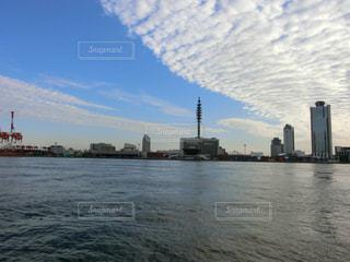 水域の中の大きな船の写真・画像素材[2413703]