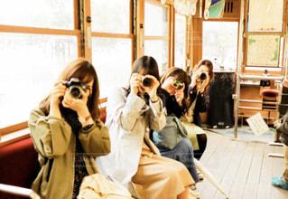 部屋の中の人々のグループの写真・画像素材[2492497]