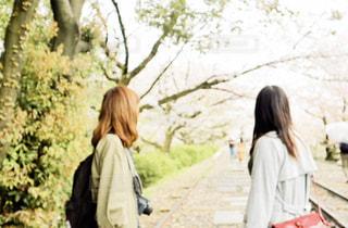 通りを歩いている女性の写真・画像素材[2492507]