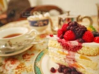 皿の上のケーキをクローズアップするの写真・画像素材[2707138]