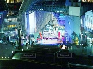 建物の前で舞台で演奏する人々のグループの写真・画像素材[2739848]