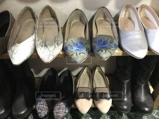 展示されている靴のグループの写真・画像素材[2774804]