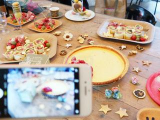 テーブルの上に座っているケーキの写真・画像素材[2812410]
