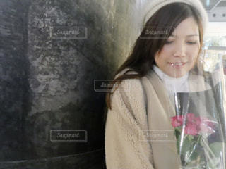 カメラに向かって微笑む女性の写真・画像素材[2816577]