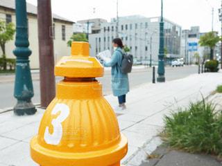 通りの脇に座っている黄色い消火栓の写真・画像素材[2818867]